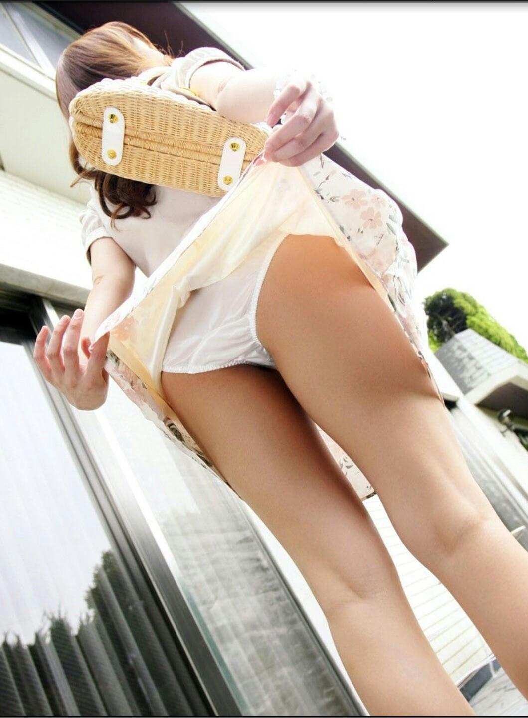 【パンモロエロ画像】対する答えはYESのみ!露骨に誘う美女のスカートたくし上げwww 10