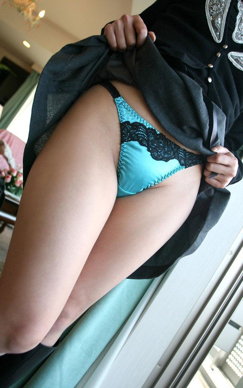 【パンモロエロ画像】対する答えはYESのみ!露骨に誘う美女のスカートたくし上げwww 11