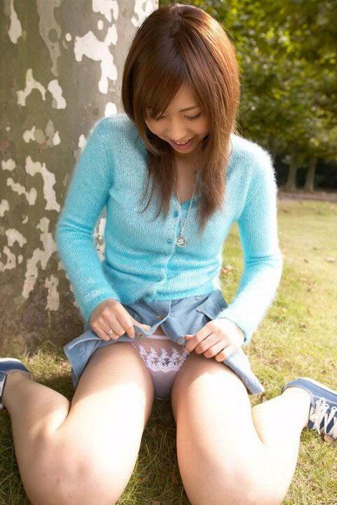 【パンモロエロ画像】対する答えはYESのみ!露骨に誘う美女のスカートたくし上げwww 25