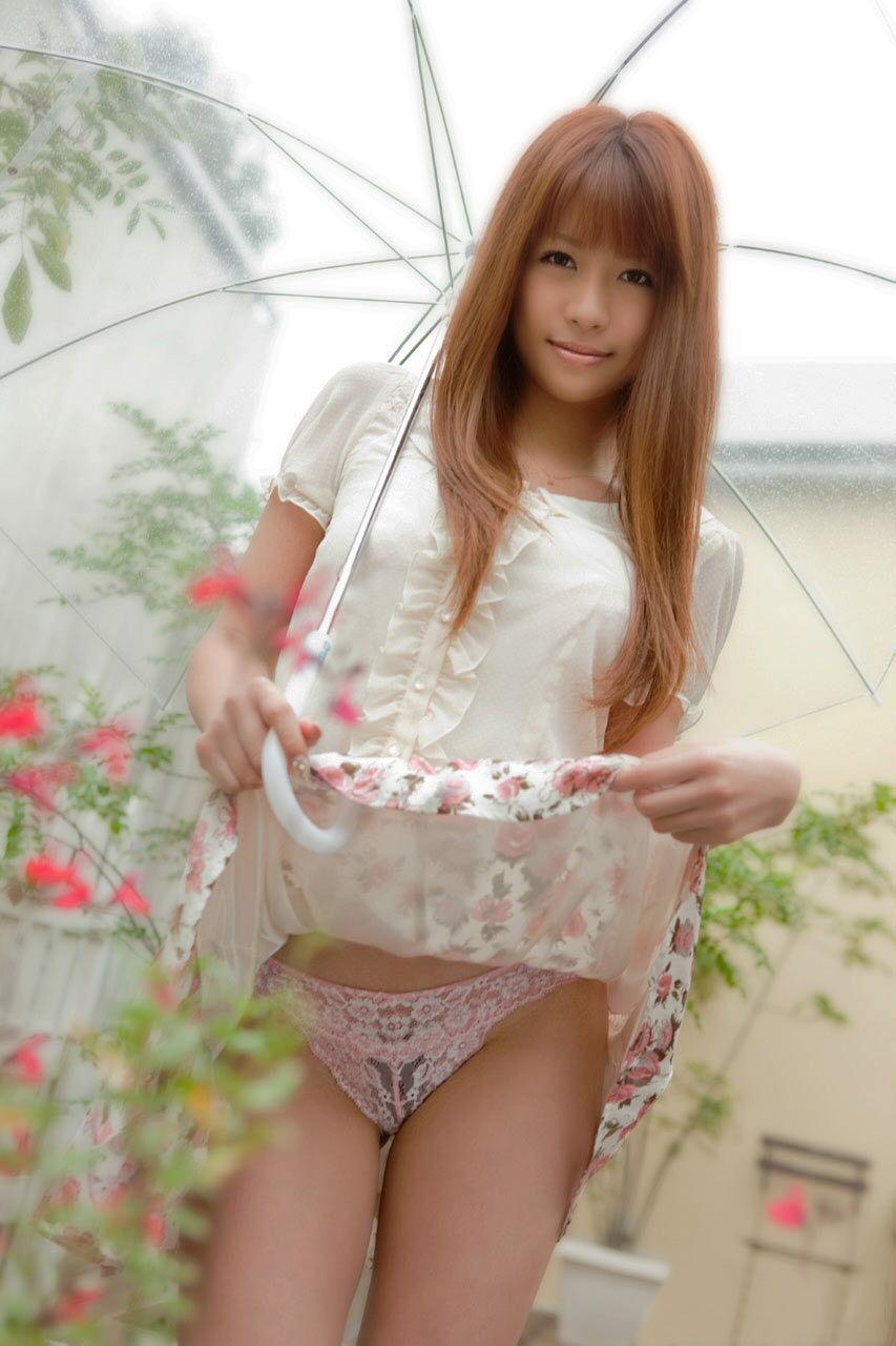 【パンモロエロ画像】対する答えはYESのみ!露骨に誘う美女のスカートたくし上げwww 30
