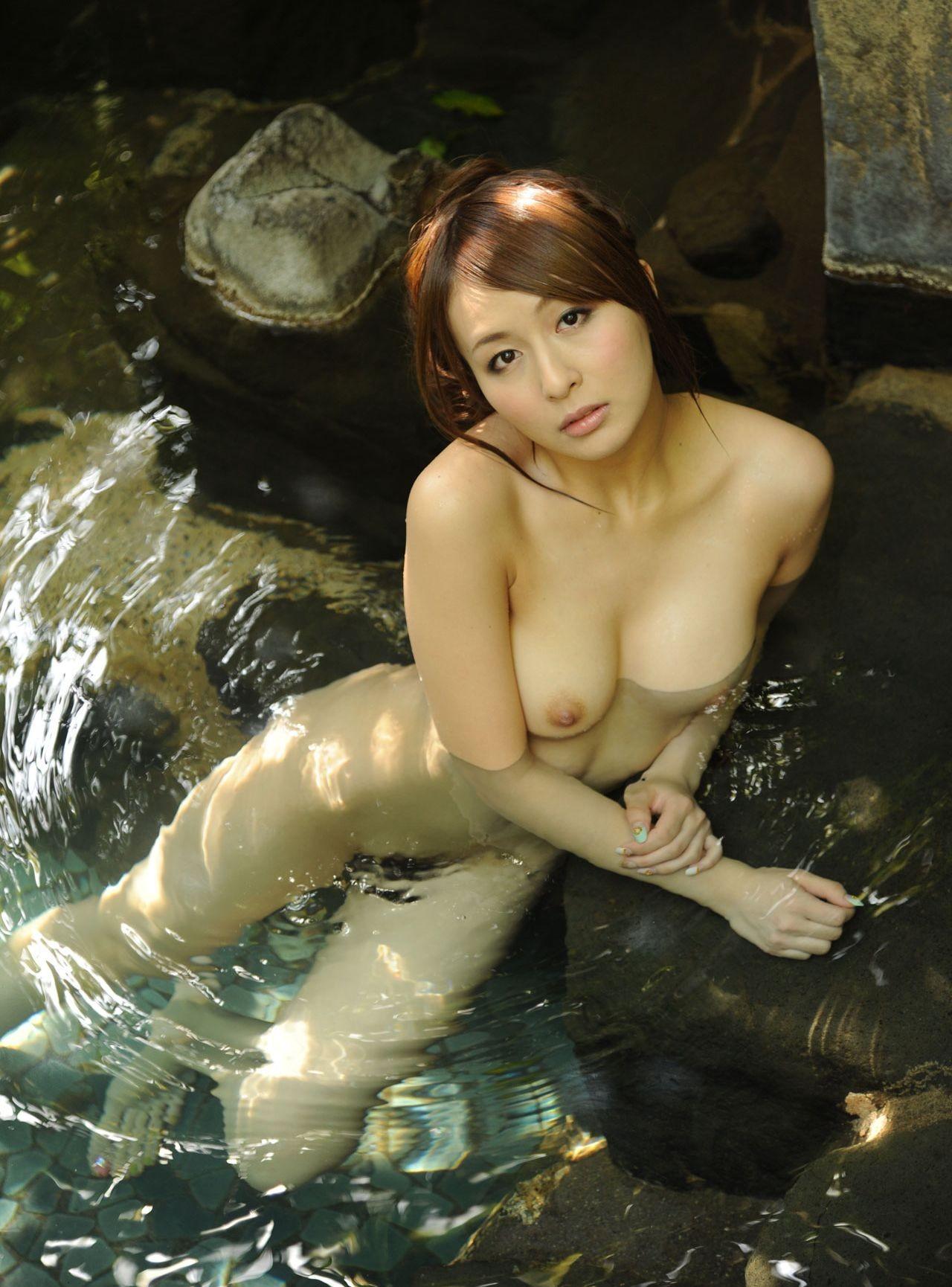 【入浴エロ画像】お尻もお乳も浮いてますw湯船に揺らめくムッチリ女体www 20