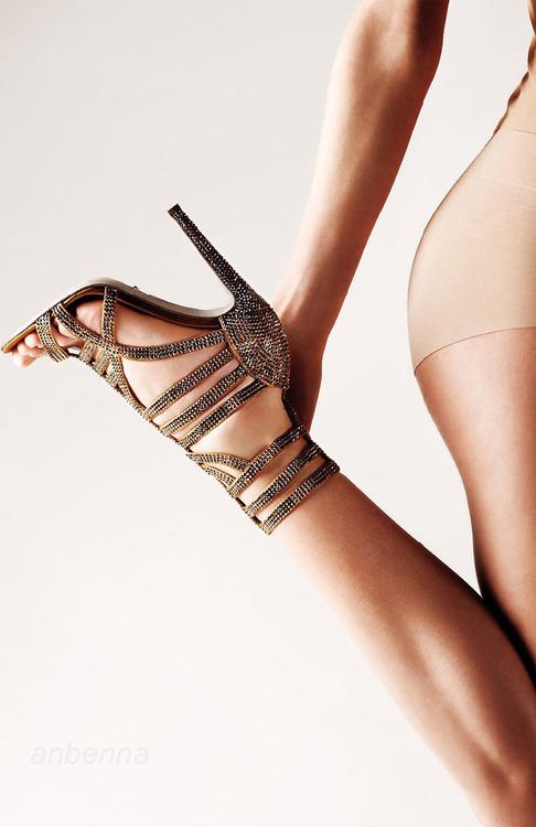 【美脚エロ画像】実に踏まれ甲斐のある・・鋭いヒール履いた美女の足www 21