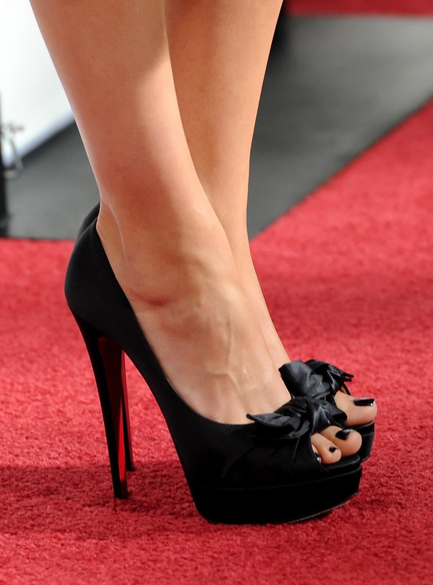 【美脚エロ画像】実に踏まれ甲斐のある・・鋭いヒール履いた美女の足www 24