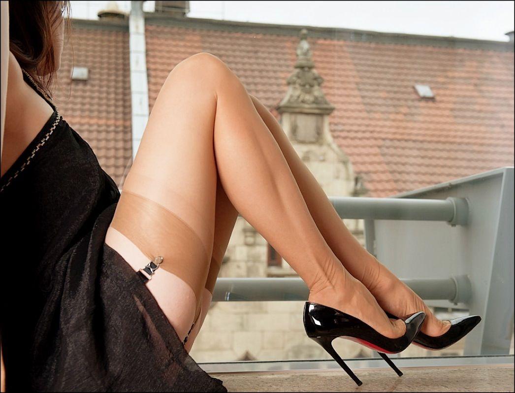 【美脚エロ画像】実に踏まれ甲斐のある・・鋭いヒール履いた美女の足www 25