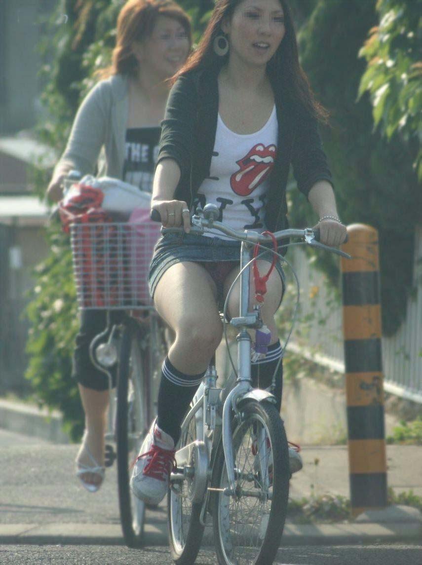 【パンチラエロ画像】見られたくなきゃ乗らなきゃいい自転車パンチラwww 11