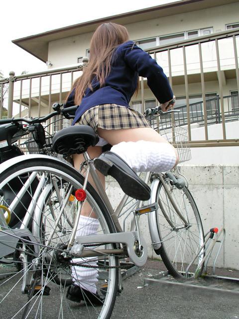 【パンチラエロ画像】見られたくなきゃ乗らなきゃいい自転車パンチラwww 12