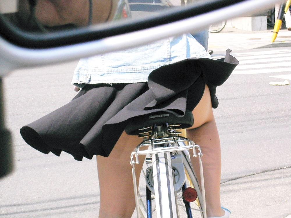 【パンチラエロ画像】見られたくなきゃ乗らなきゃいい自転車パンチラwww 13
