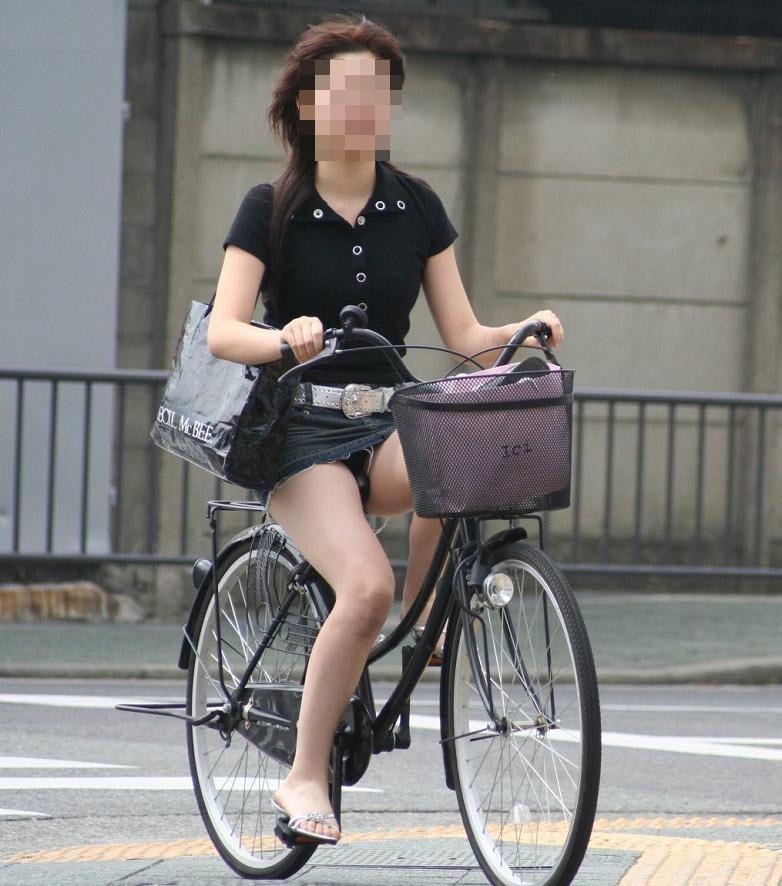 【パンチラエロ画像】見られたくなきゃ乗らなきゃいい自転車パンチラwww 17