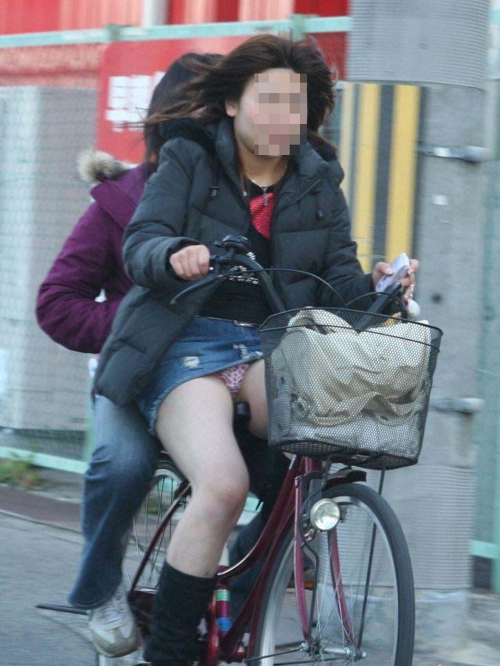 【パンチラエロ画像】見られたくなきゃ乗らなきゃいい自転車パンチラwww 18