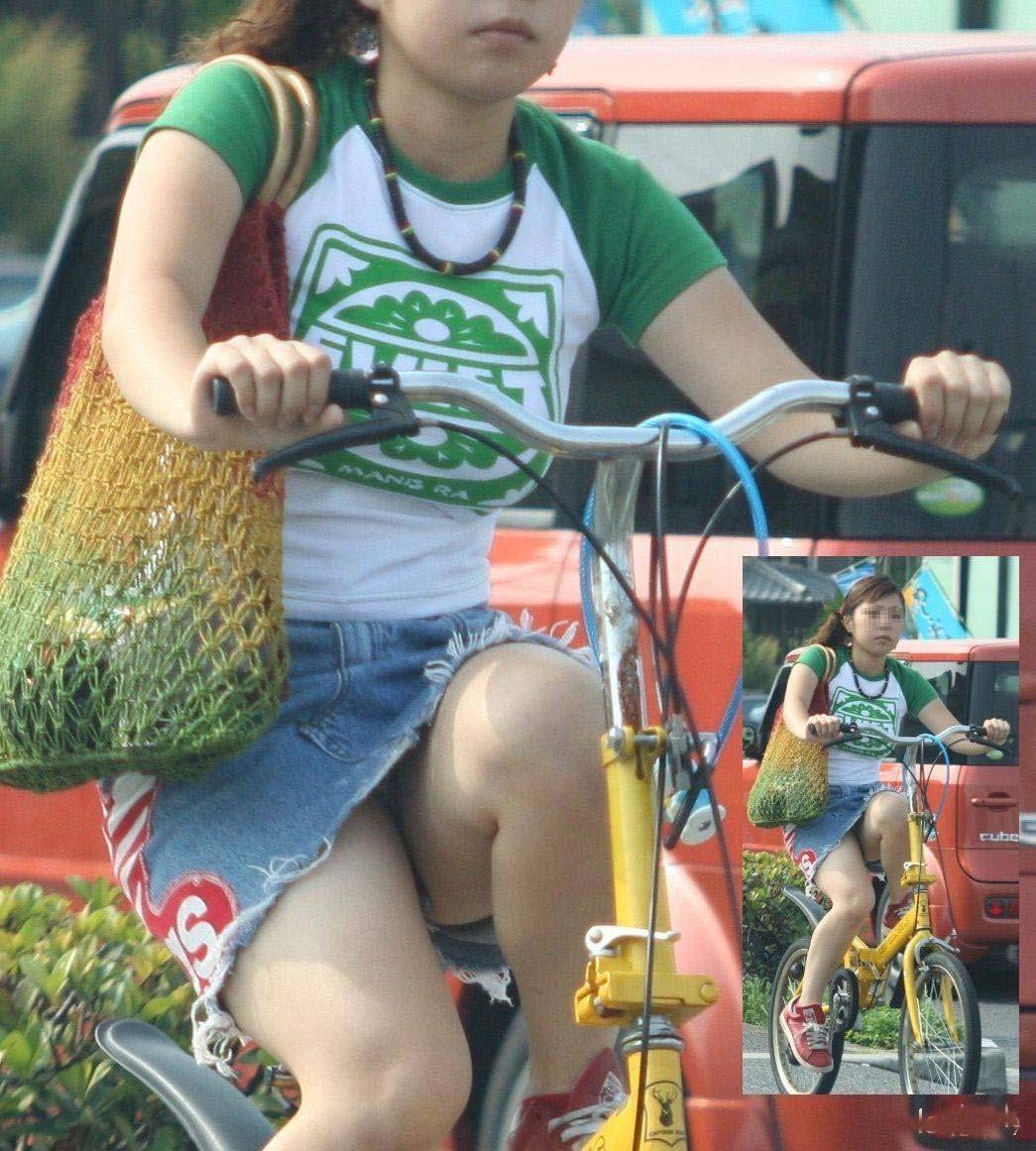 【パンチラエロ画像】見られたくなきゃ乗らなきゃいい自転車パンチラwww 29