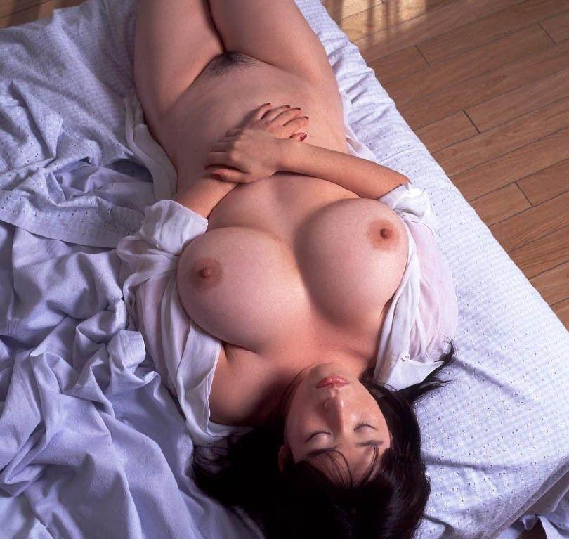 【寝姿エロ画像】風邪引く心配よりも悪戯したい…全裸で爆睡する女子www 07