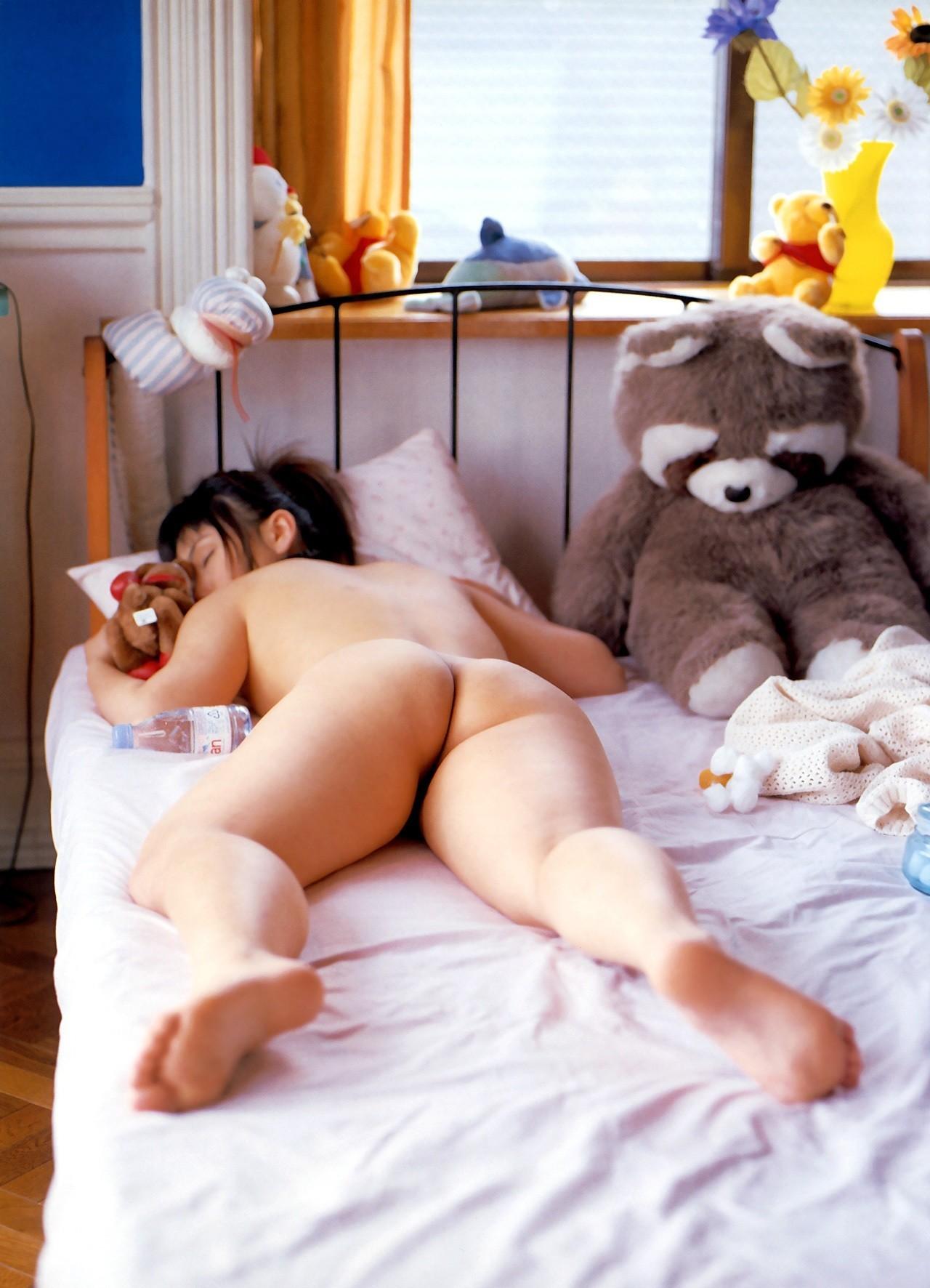 【寝姿エロ画像】風邪引く心配よりも悪戯したい…全裸で爆睡する女子www 12