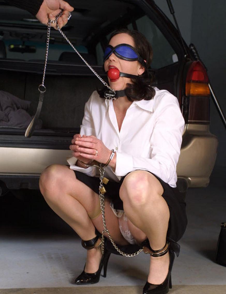 【SMエロ画像】装着するだけで尊厳剥奪!首輪に繋がれたM女たちwww 07