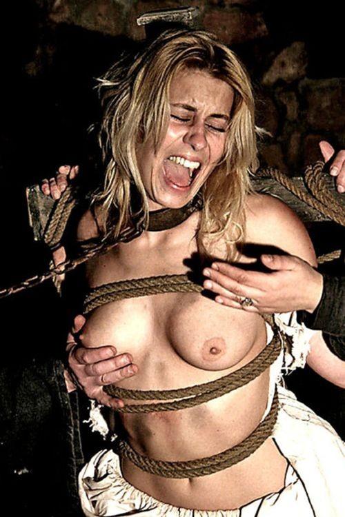 【SMエロ画像】装着するだけで尊厳剥奪!首輪に繋がれたM女たちwww 28