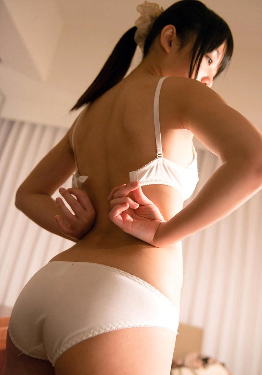 【脱衣乳エロ画像】乳首が見えたらまず挨拶!ブラ脱ぎ美女のおっぱいお披露目www 03