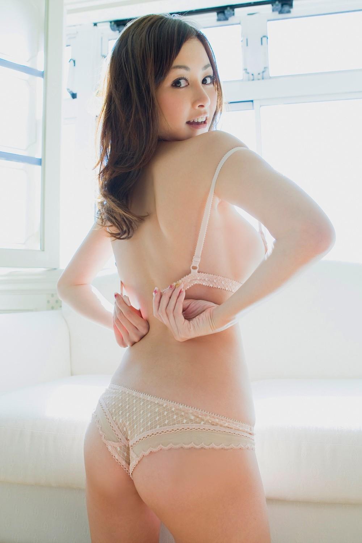 【脱衣乳エロ画像】乳首が見えたらまず挨拶!ブラ脱ぎ美女のおっぱいお披露目www 19