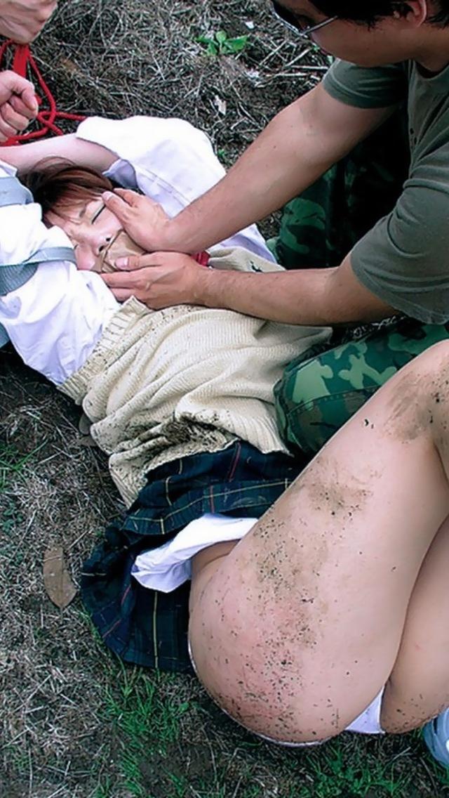 【凌辱エロ画像】土の汚れがガチっぽくて時々怖くなるレ○プシーンwww 21