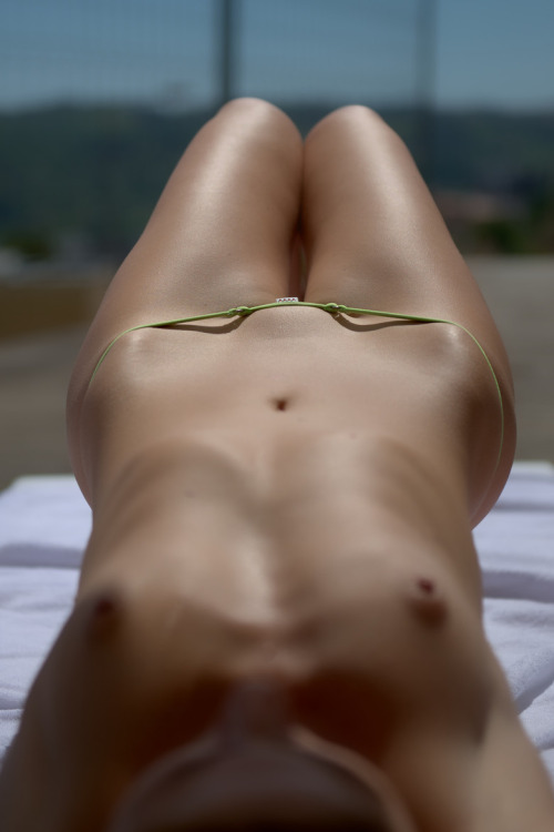 【海外エロ画像】履いてても安心できないw碧眼美女の危険な極小ビキニ姿www 14