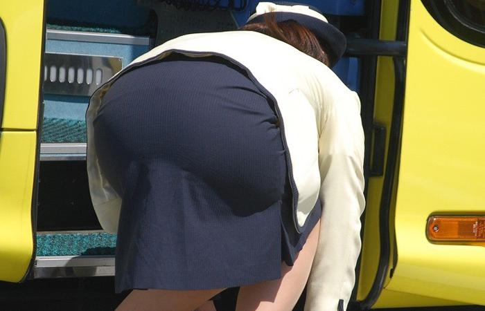 【働く女のエロ画像】GWはバスツアー!バスガイドのタイト尻追跡が目的だけどwww 001