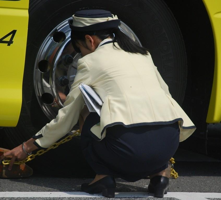 【働く女のエロ画像】GWはバスツアー!バスガイドのタイト尻追跡が目的だけどwww 02