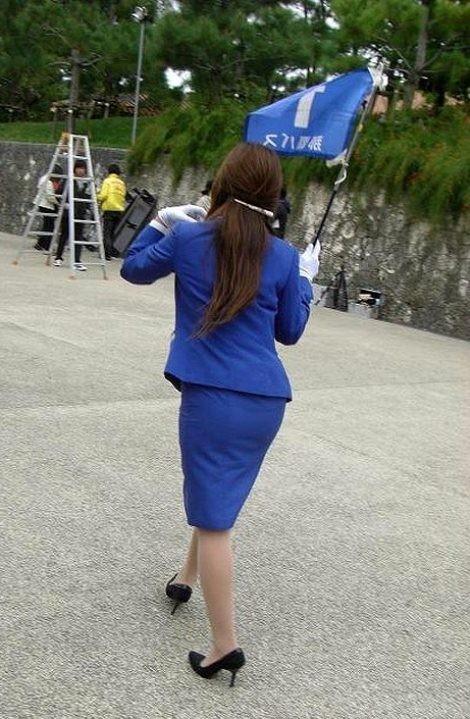 【働く女のエロ画像】GWはバスツアー!バスガイドのタイト尻追跡が目的だけどwww 05