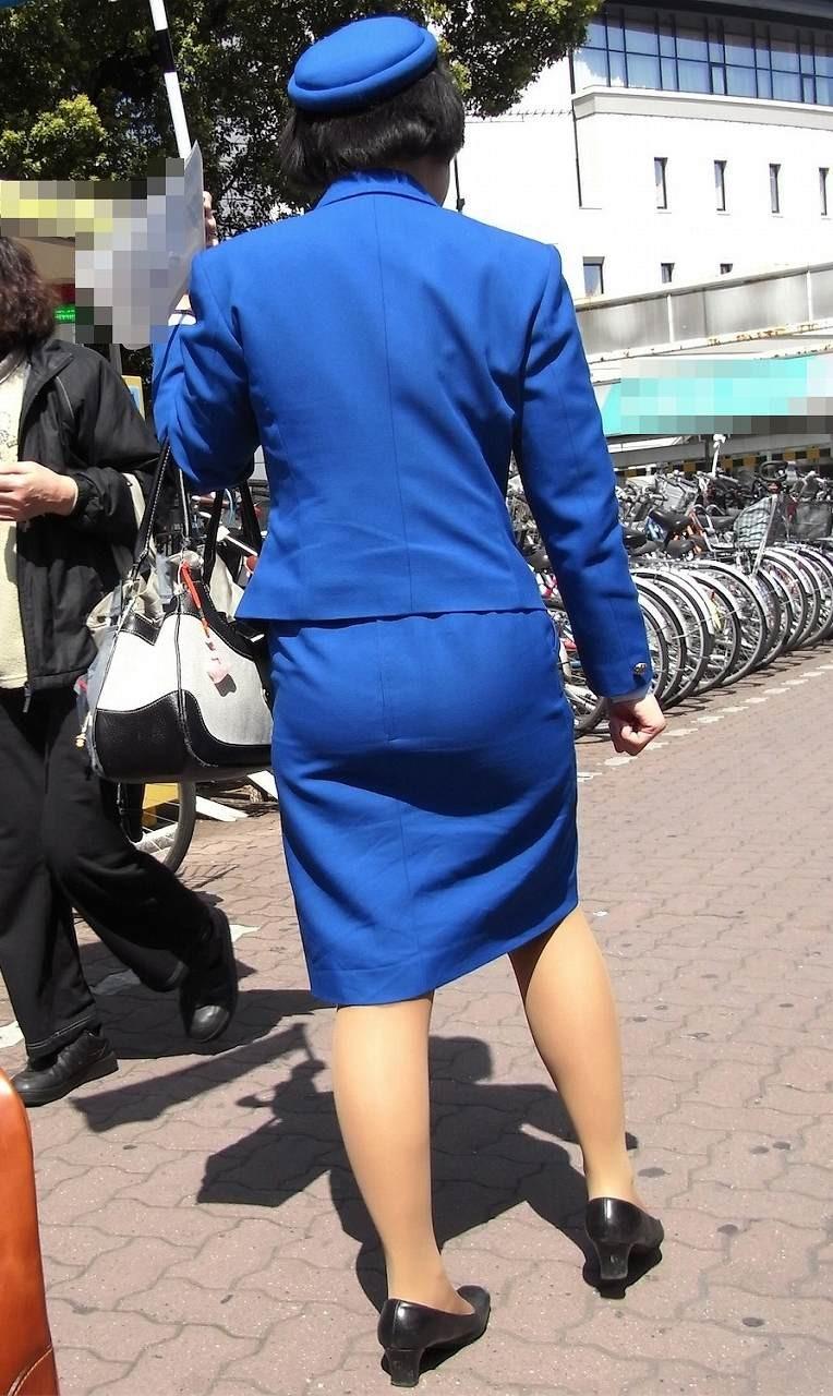【働く女のエロ画像】GWはバスツアー!バスガイドのタイト尻追跡が目的だけどwww 06