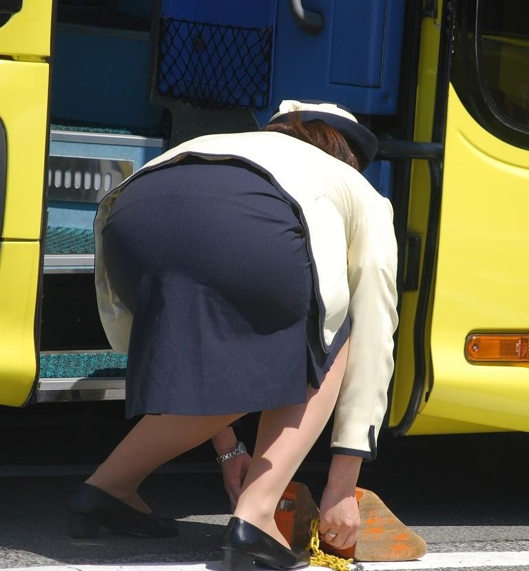【働く女のエロ画像】GWはバスツアー!バスガイドのタイト尻追跡が目的だけどwww 07