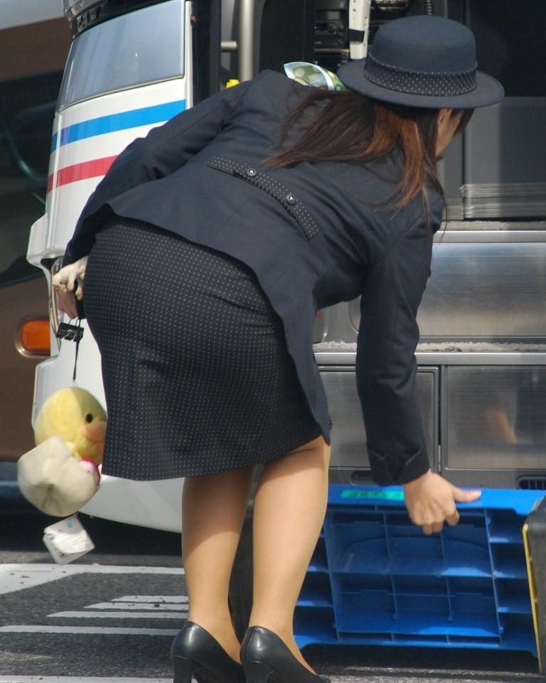 【働く女のエロ画像】GWはバスツアー!バスガイドのタイト尻追跡が目的だけどwww 08