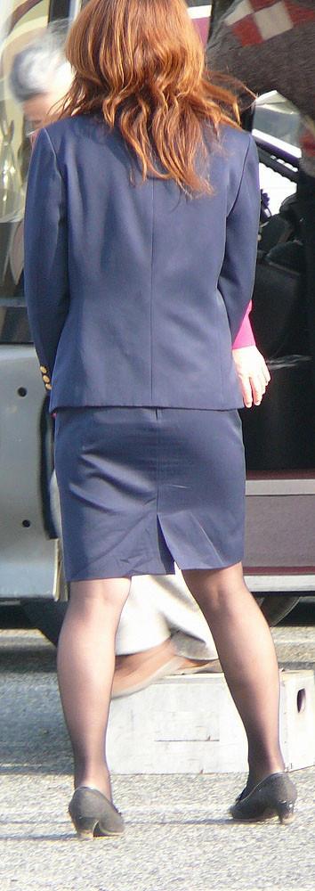 【働く女のエロ画像】GWはバスツアー!バスガイドのタイト尻追跡が目的だけどwww 11