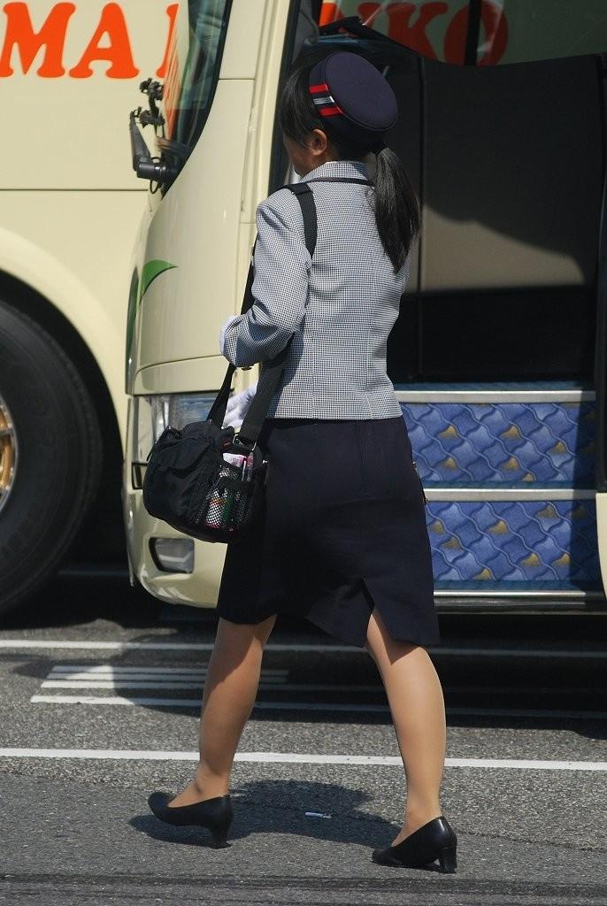 【働く女のエロ画像】GWはバスツアー!バスガイドのタイト尻追跡が目的だけどwww 13