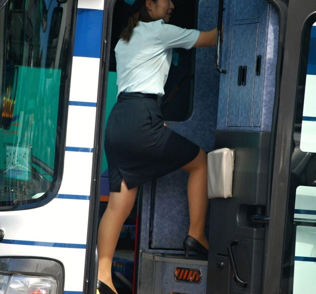 【働く女のエロ画像】GWはバスツアー!バスガイドのタイト尻追跡が目的だけどwww 17