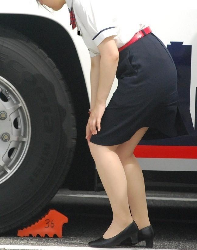 【働く女のエロ画像】GWはバスツアー!バスガイドのタイト尻追跡が目的だけどwww 20