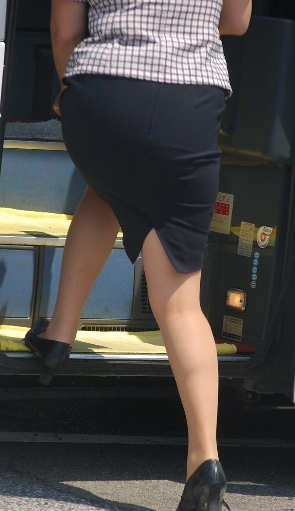 【働く女のエロ画像】GWはバスツアー!バスガイドのタイト尻追跡が目的だけどwww 22