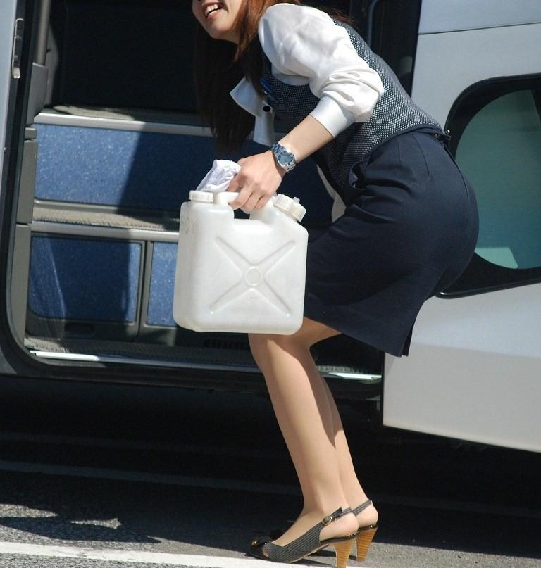 【働く女のエロ画像】GWはバスツアー!バスガイドのタイト尻追跡が目的だけどwww 23