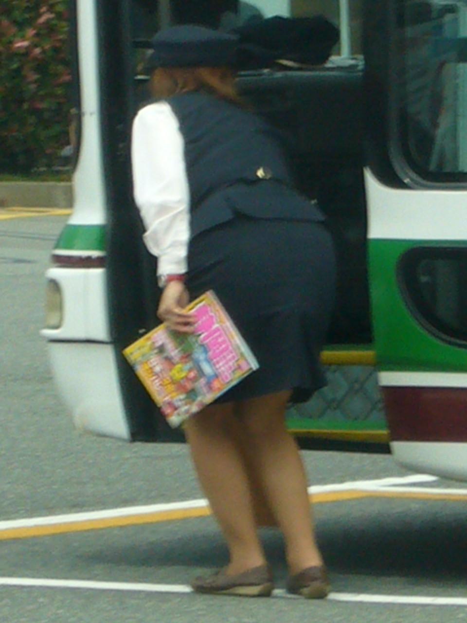 【働く女のエロ画像】GWはバスツアー!バスガイドのタイト尻追跡が目的だけどwww 28