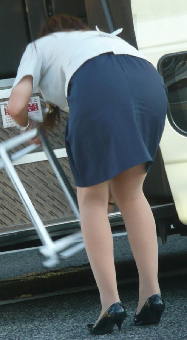 【働く女のエロ画像】GWはバスツアー!バスガイドのタイト尻追跡が目的だけどwww 30