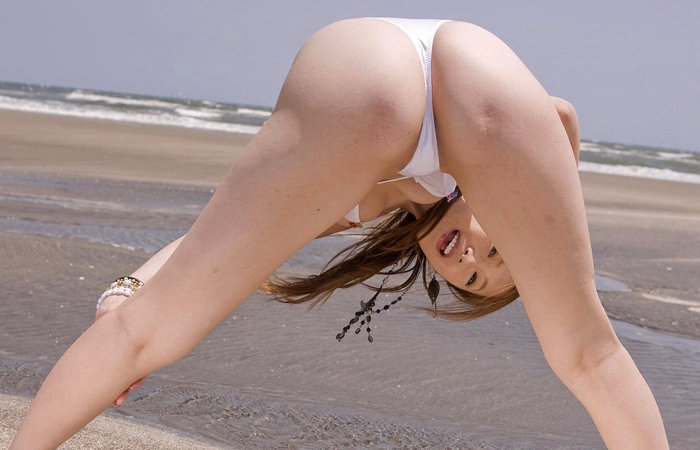 【股間エロ画像】山頂にこんな女いたら嫌だwやり方を選ぶべき股覗きポーズwww 001