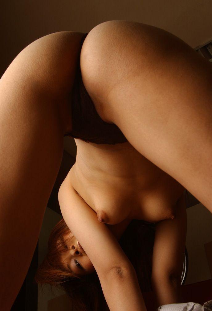 【股間エロ画像】山頂にこんな女いたら嫌だwやり方を選ぶべき股覗きポーズwww 09