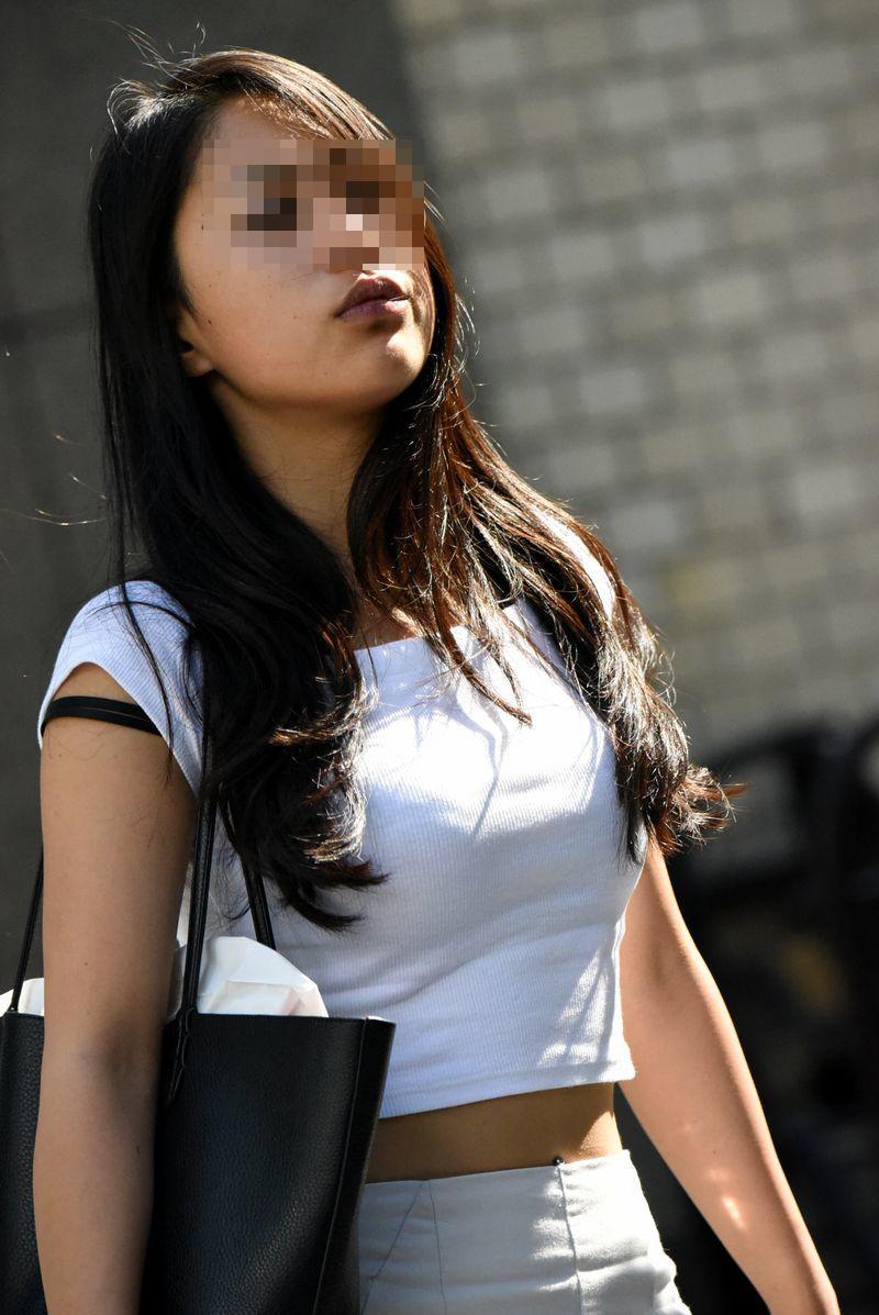 【着胸エロ画像】貧乳にも監視されてますw街で目立ち過ぎ着衣巨乳www 05