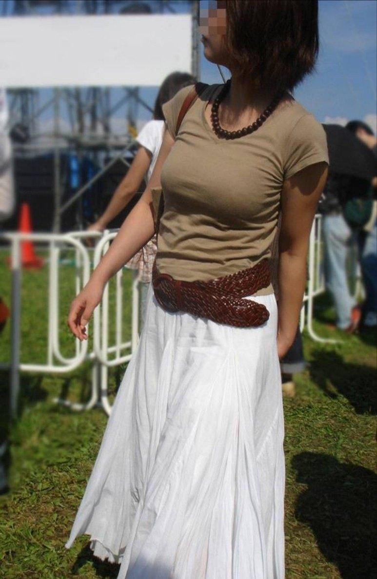 【着胸エロ画像】貧乳にも監視されてますw街で目立ち過ぎ着衣巨乳www 08
