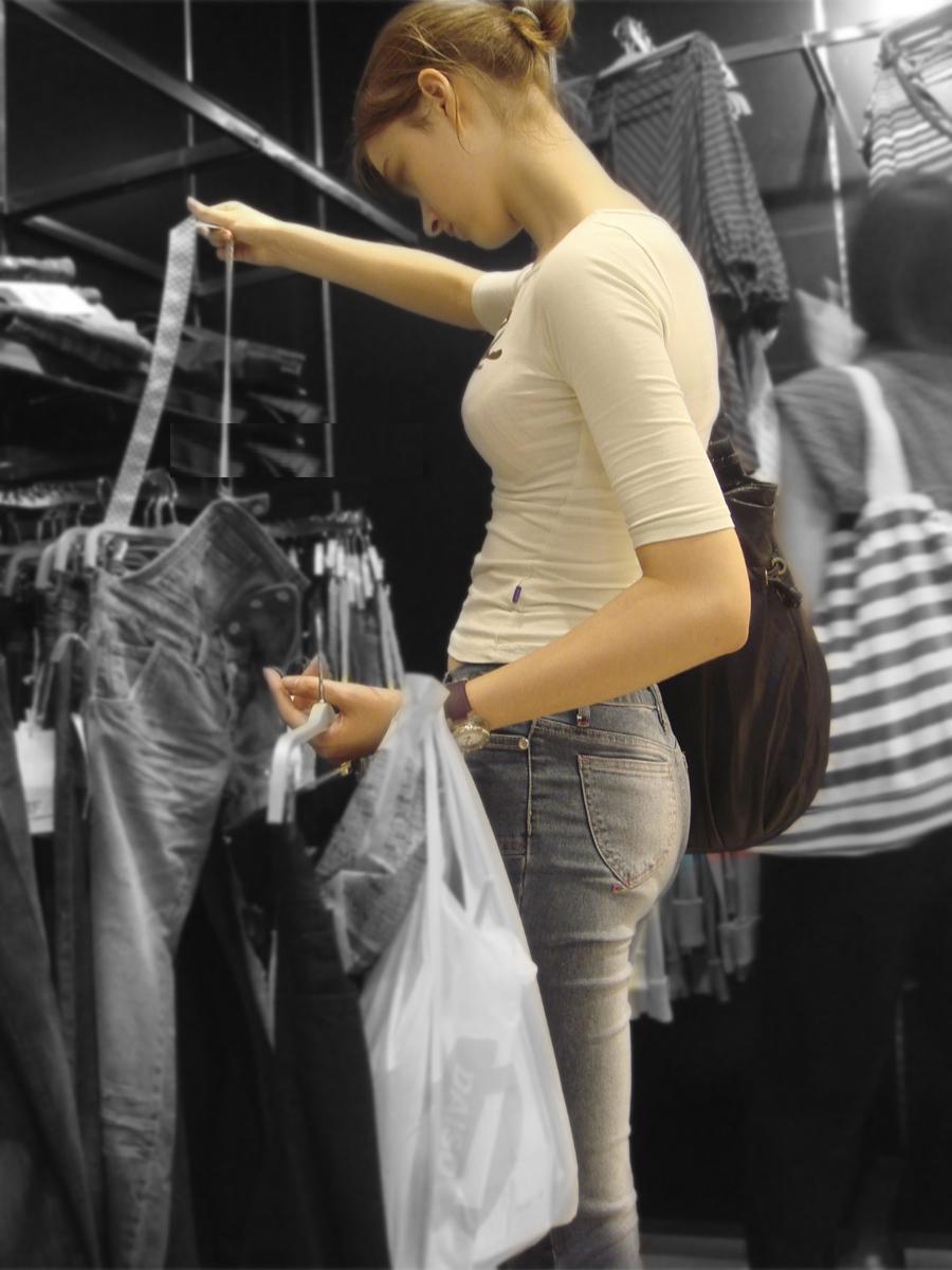 【着胸エロ画像】貧乳にも監視されてますw街で目立ち過ぎ着衣巨乳www 10