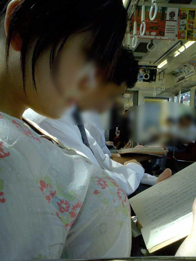 【着胸エロ画像】貧乳にも監視されてますw街で目立ち過ぎ着衣巨乳www 11