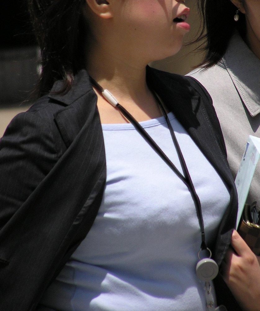 【着胸エロ画像】貧乳にも監視されてますw街で目立ち過ぎ着衣巨乳www 12