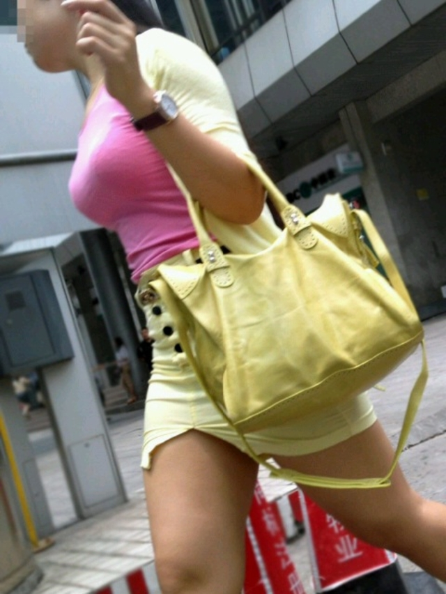 【着胸エロ画像】貧乳にも監視されてますw街で目立ち過ぎ着衣巨乳www 22