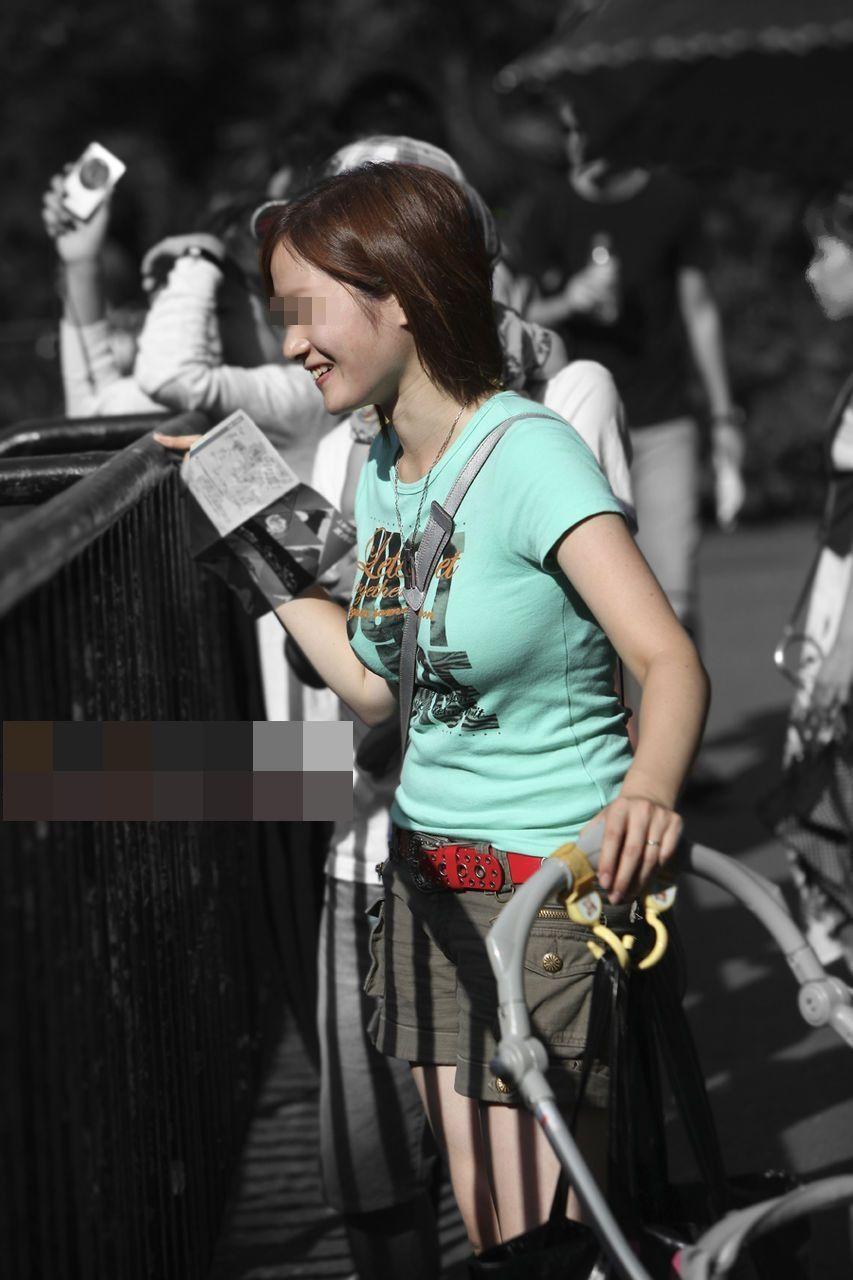 【着胸エロ画像】貧乳にも監視されてますw街で目立ち過ぎ着衣巨乳www 23