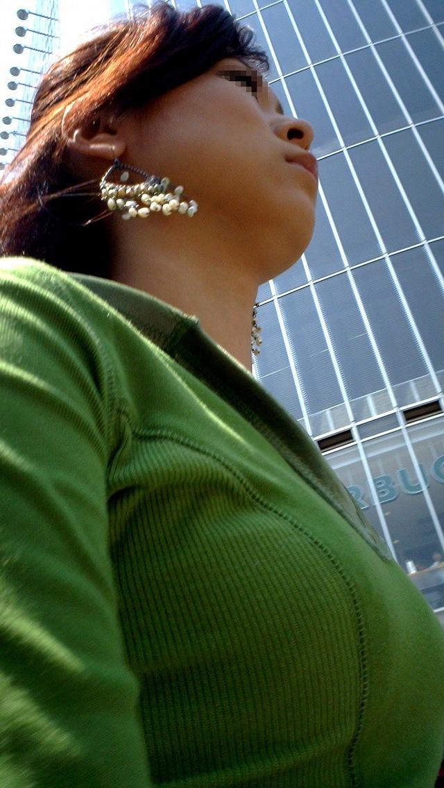 【着胸エロ画像】貧乳にも監視されてますw街で目立ち過ぎ着衣巨乳www 25