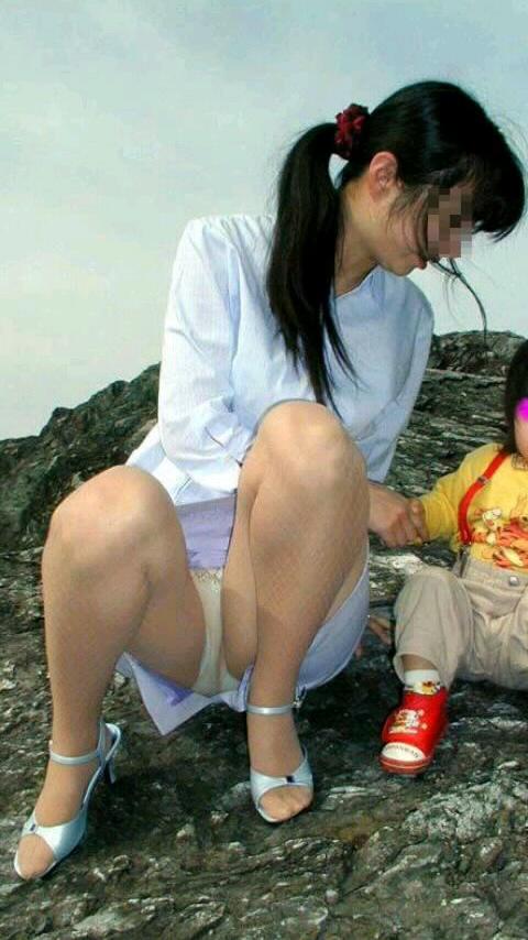 【ママチラエロ画像】ママさんったらw休日にお出かけしたらもれなく下着丸見えwww 02