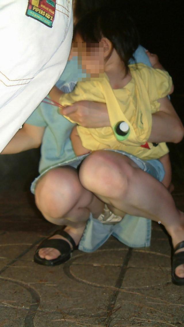 【ママチラエロ画像】ママさんったらw休日にお出かけしたらもれなく下着丸見えwww 13