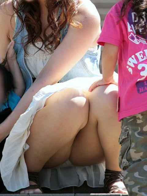 【ママチラエロ画像】ママさんったらw休日にお出かけしたらもれなく下着丸見えwww 18