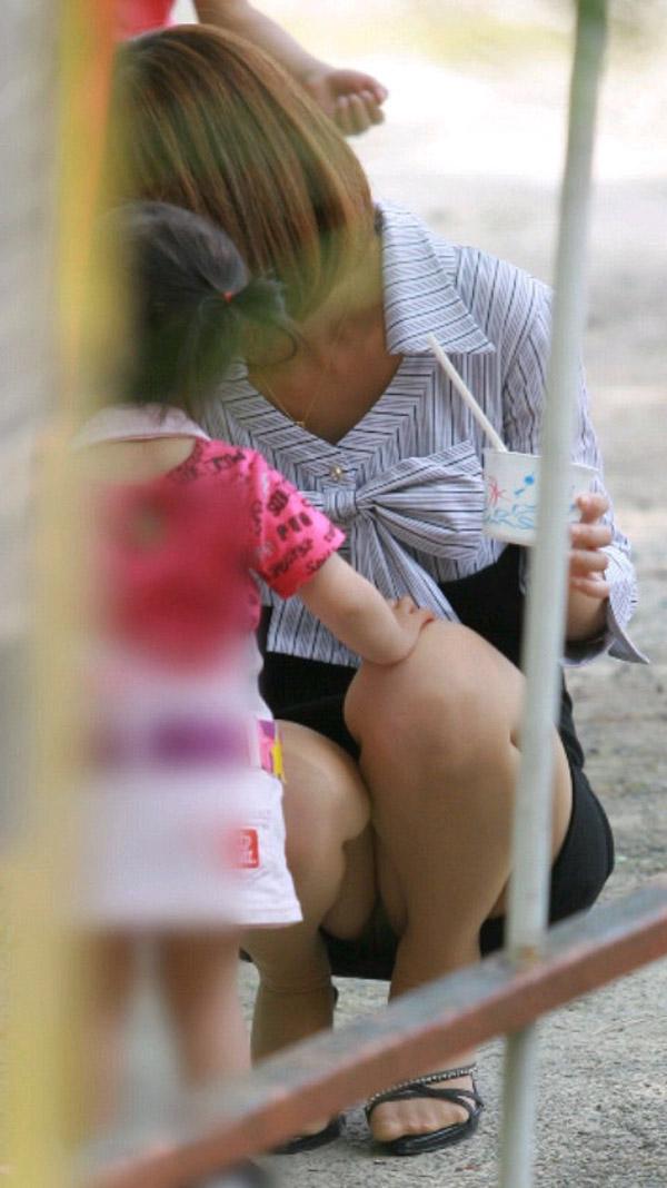 【ママチラエロ画像】ママさんったらw休日にお出かけしたらもれなく下着丸見えwww 19
